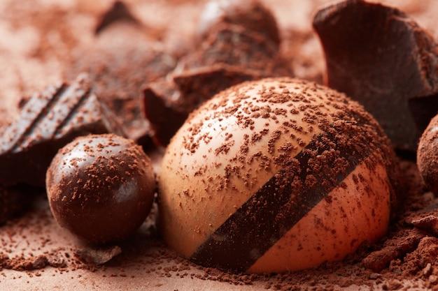 Köstliche praline in kakaopulver-nahaufnahme