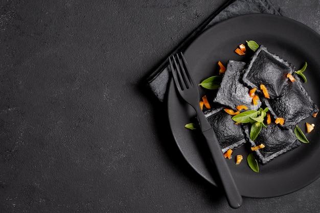 Köstliche ravioliteigwaren auf platte mit gabelkopienraum