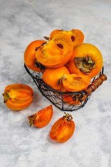Köstliche reife persimonefrucht auf beton