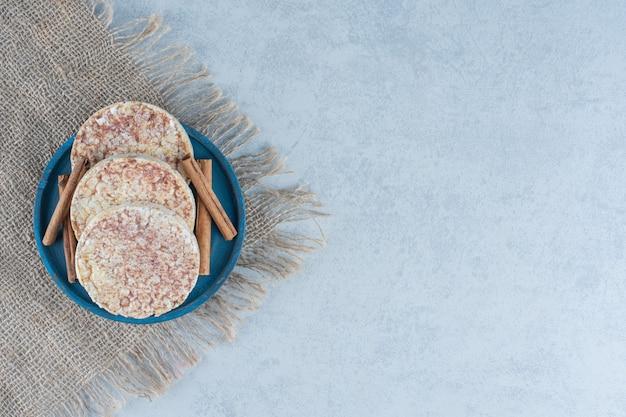 Köstliche reiskuchen und holzteller auf marmor