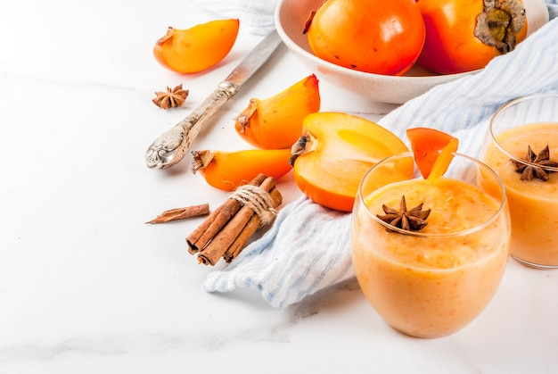 Köstliche rohe reife persimonefrucht mit persimonensmoothie
