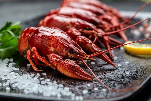 Köstliche rote gekochte krebse mit zitrone und salz, restaurantmenü, diät, kochbuchrezept, platz für text
