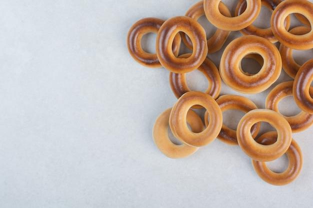 Köstliche runde kekse auf weißem hintergrund. hochwertiges foto