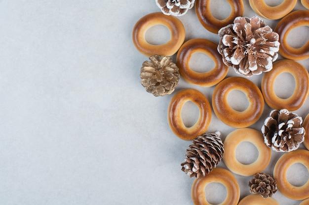 Köstliche runde kekse mit tannenzapfen auf weißem hintergrund. hochwertiges foto