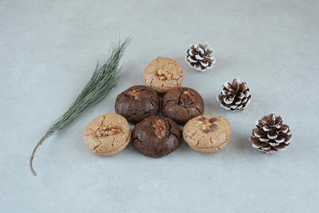 Köstliche runde kekse mit weihnachtstannenzapfen.