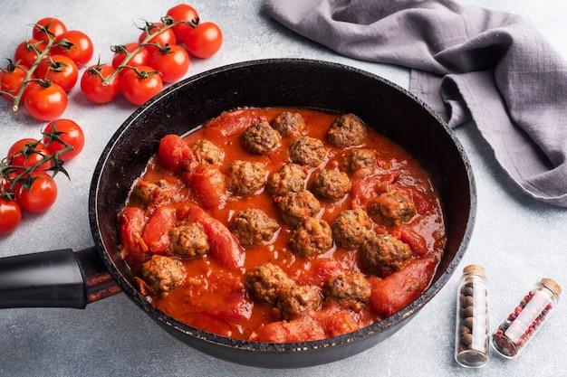 Köstliche saftige fleischbällchen in tomatensauce werden gekocht