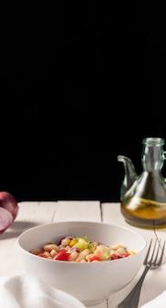 Köstliche salatbohne und schwarzer kopierraumhintergrund