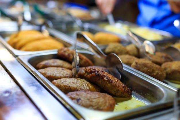 Köstliche schnitzel auf einer schaufensterfront im restaurant. tiefenschärfe