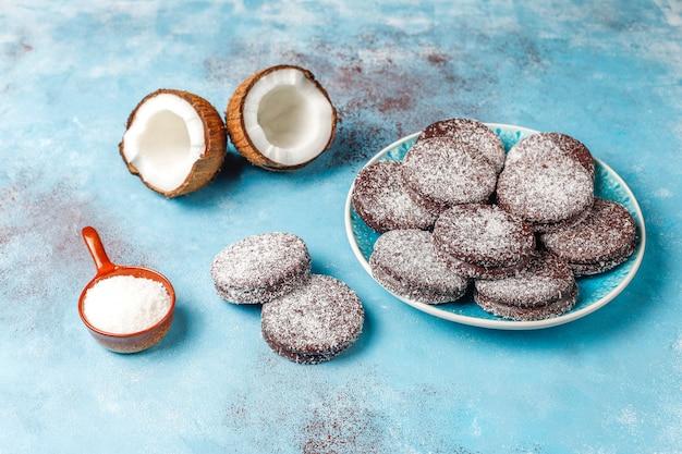 Köstliche schokoladen- und kokosnussplätzchen mit kokosnuss, draufsicht