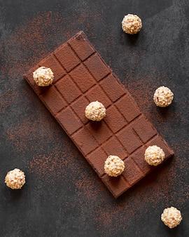 Köstliche schokoladenanordnung auf dunklem hintergrund