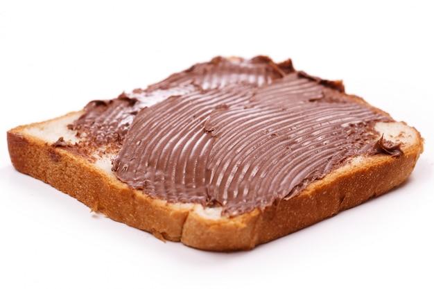 Köstliche schokoladencreme auf einem toast