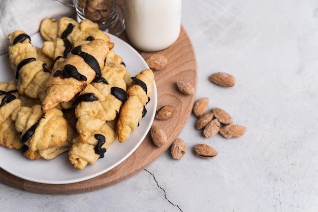 Köstliche schokoladenglasierte croissants und mandeln