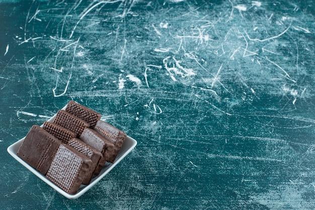 Köstliche schokoladenkekse in weißer schüssel.