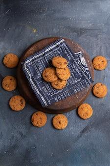 Köstliche schokoladenkekse von oben in der ferne, gebacken und lecker auf dem dunkelgrauen hintergrundkekskeks süß