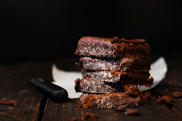 Köstliche schokoladenkuchen der nahaufnahme mit zucker