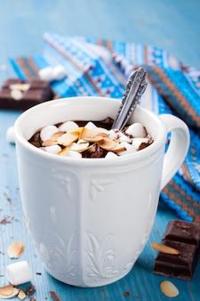 Köstliche schokoladenmilch aus mandelmilch