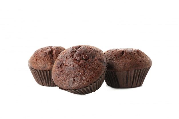 Köstliche schokoladenmuffins lokalisiert auf weiß