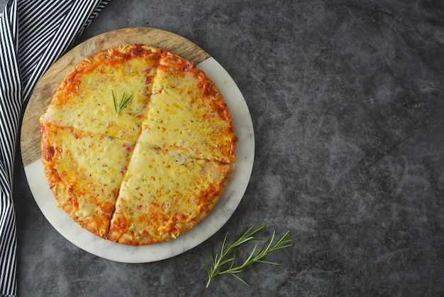 Köstliche selbst gemachte pizza der käse mit starker kruste auf dunkler tabelle