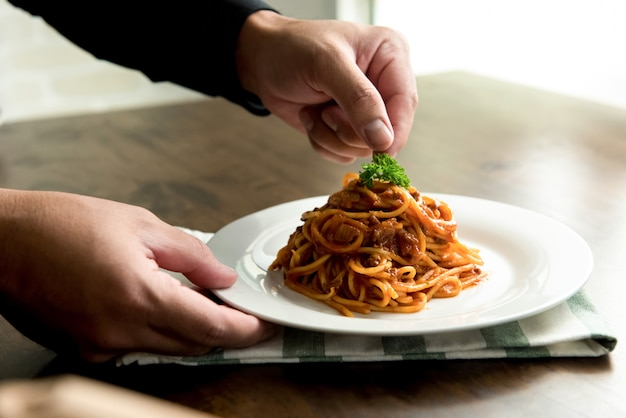 Köstliche spaghetti bolognese elegant auf einem weißen teller serviert