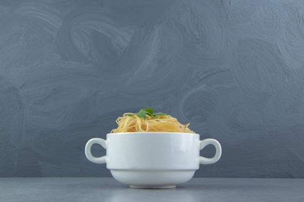 Köstliche spaghetti-nudeln in weißer schüssel.