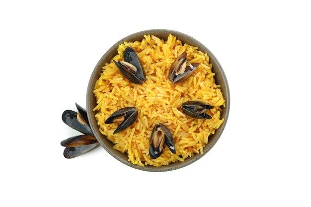 Köstliche spanische paella isoliert auf weißem hintergrund
