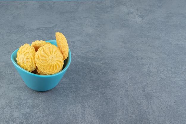 Köstliche süße kekse in blauer schüssel.