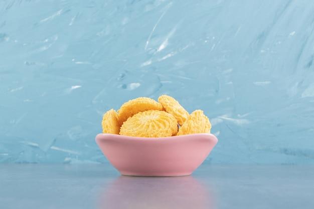 Köstliche süße kekse in rosa schüssel.