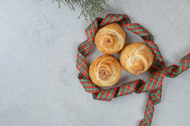 Köstliche süße kekse mit festlichem bogen.
