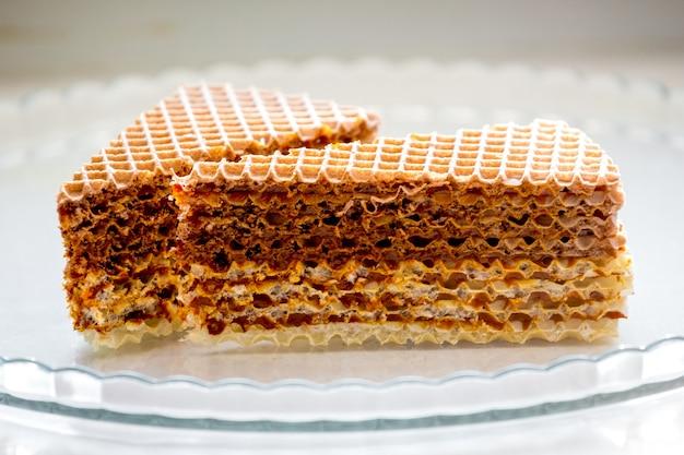 Köstliche süße waffelplätzchen auf einer glasplatte_