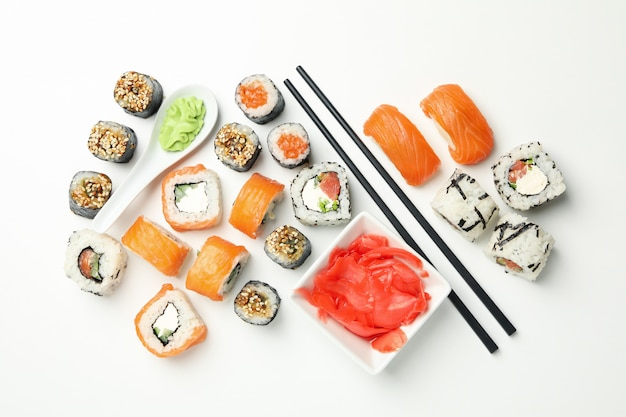 Köstliche sushi-rollen auf weißer oberfläche. japanisches essen