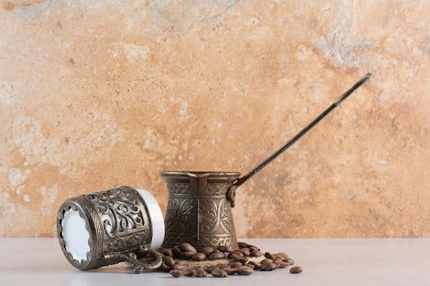 Köstliche tasse aroma frische tasse kaffeebohnen. foto in hoher qualität