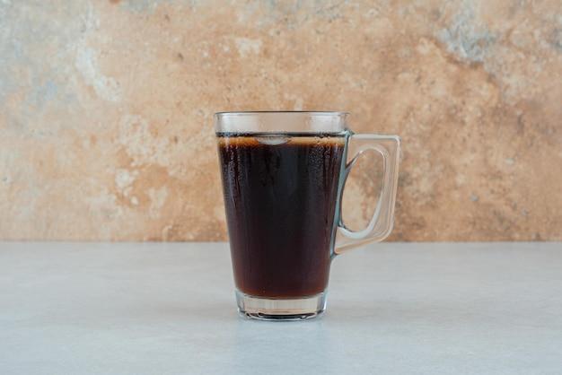 Köstliche tasse tee auf weißem tisch.