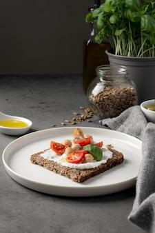Köstliche toastscheibe mit kirschtomaten auf teller