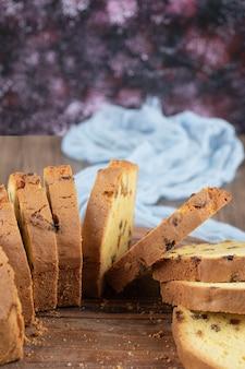 Köstliche torte mit mehreren zutaten auf einem hölzernen schneidebrett