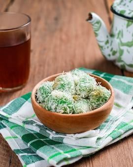 Köstliche traditionelle indonesische küche des klepons über holztisch