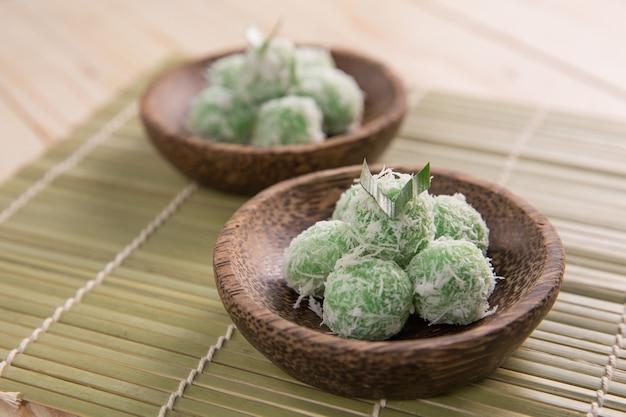 Köstliche traditionelle indonesische süße reisbällchen gefüllt mit palmzucker