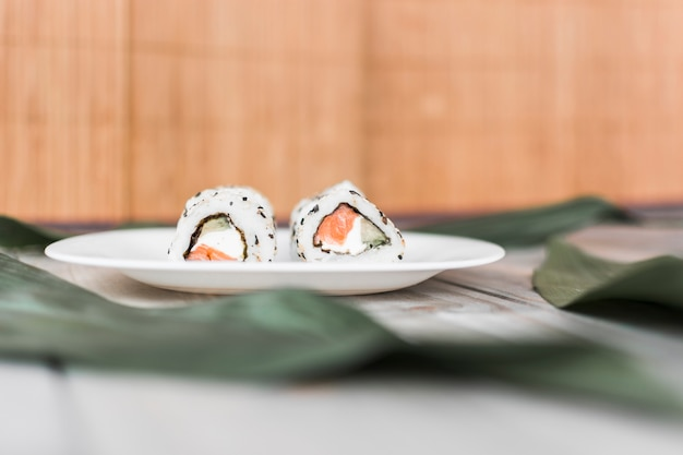 Köstliche traditionelle sushi auf platte über tabelle