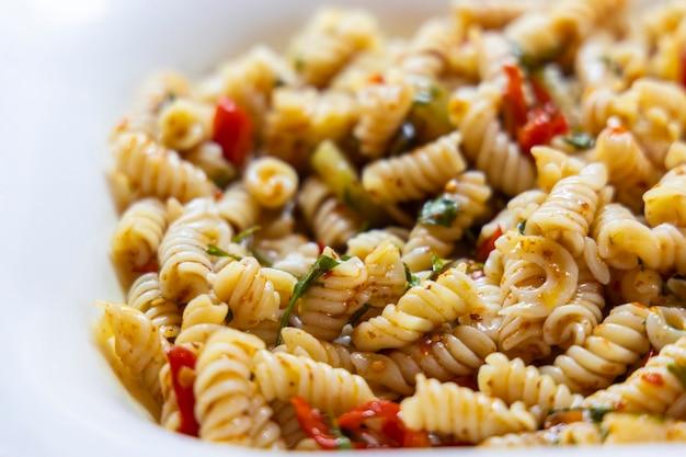 Köstliche traditionelle vegetarische pasta auf dem teller