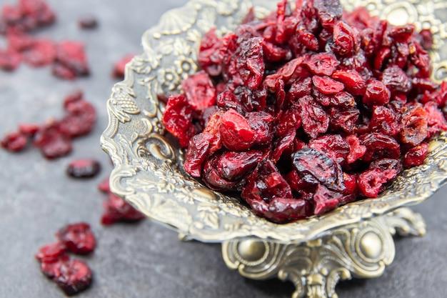 Köstliche und gesunde getrocknete cranberries in keramikschalen gesundes lebensmittelkonzept draufsicht