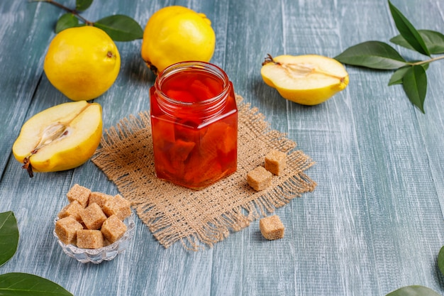 Köstliche und gesunde hausgemachte quittenmarmelade im glas, draufsicht