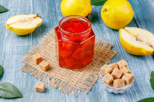 Köstliche und gesunde hausgemachte quittenmarmelade im glas