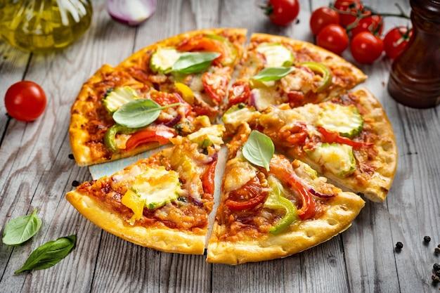 Köstliche vegetarische pizza auf einem rustikalen hintergrund