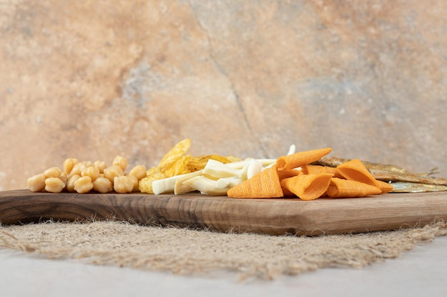 Köstliche verschiedene snacks auf holzbrett