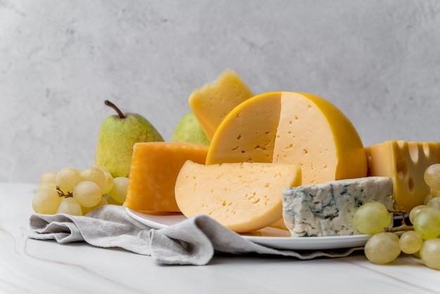 Köstliche vielzahl der nahaufnahme des käses mit trauben