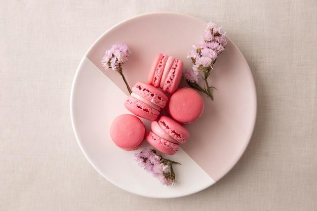 Köstliche waldfrucht-macarons-kompositionen