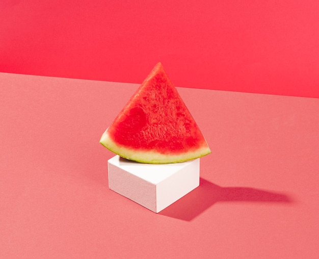 Köstliche wassermelonenscheibe hohen winkel