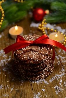 Köstliche weihnachtsplätzchen im glas auf tischnahaufnahme
