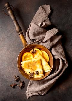 Köstliche winterkreppdessertanordnung