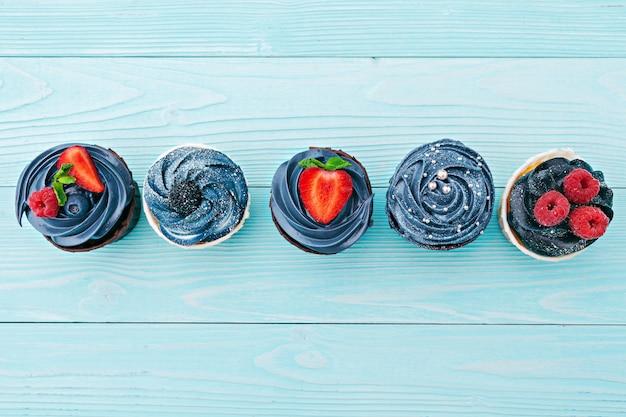 Köstliche zusammenstellung von schönen kleinen kuchen nah oben