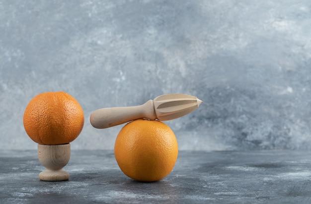 Köstliche zwei orangen auf marmortisch.